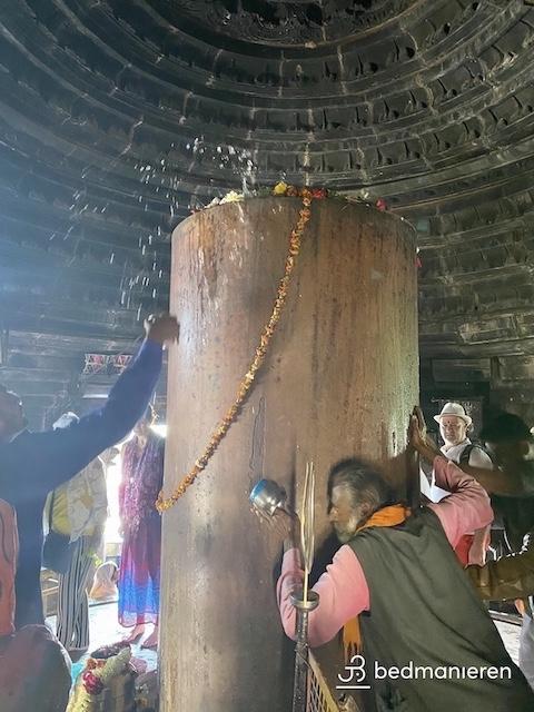 De 2,5 meter grote Lingam die miljoenen hindoeisten en toeristen bezoeken in de Matangesvara temple, te Khajuraho, India